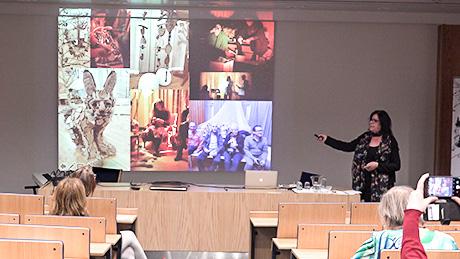 Bild från projektet Our Stories: Annika Kronqvist föreläser.